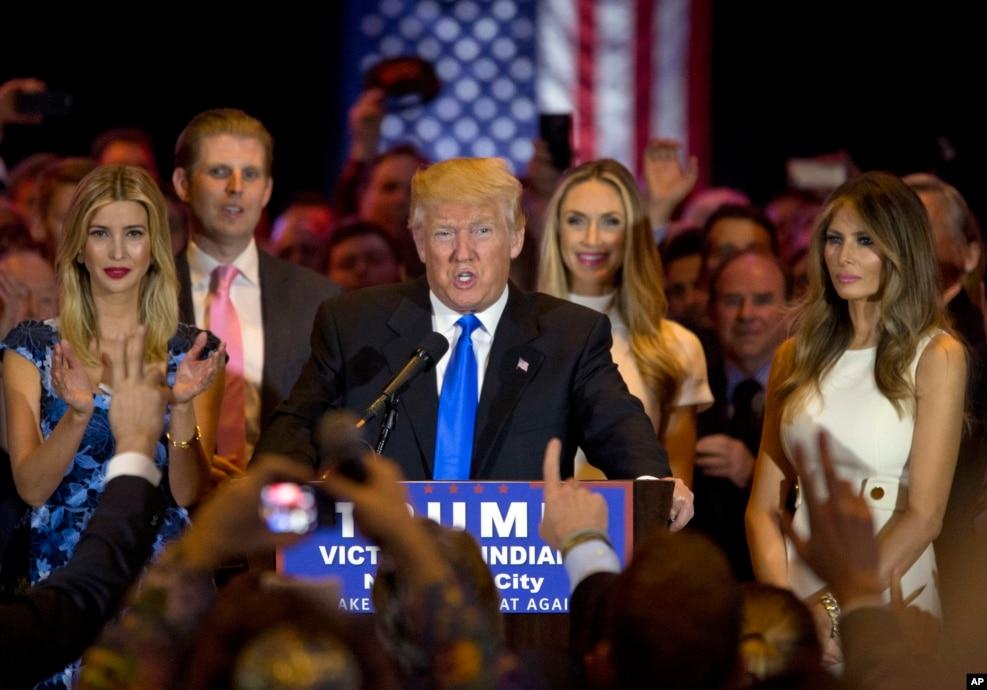 2016年5月3日,美國共和黨總統參選人川普和女兒伊万卡(左)、兒子埃里克(左)和妻子梅蘭尼亞(右)在紐約開記者會。 在斯洛文尼亞出生的梅拉尼亞·川普是珠寶設計師,曾經當過模特。