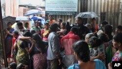 Suasana duka keluarga korban tewas akibat miras berancun di kawasan kumuh, Malad, utara Mumbai, India, 19 Juni 2015. (Foto: dok).