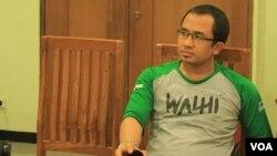 Manager Kebijakan dan Pembelaan Hukum Walhi, Muhnur Satyahaprabu (foto: VOA/Fathiyah).