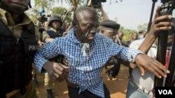 Dkt.Kizza Besigye akiingizwa ndani ya gari la Polisi baada ya kukamatwa nyumbani kwake Kasangati.