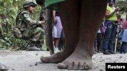 Los pies de una campesina en Colombia. Una matanza en el departamento de Antioquia dejó 10 campesinos muertos y uno herido.
