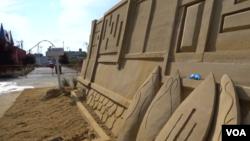 모래 조각가인 맷 롱 씨가 쌓고 있는 모래성.