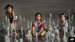 더위를 식히는 타이완 어린이들 (자료사진)