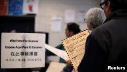 Người dân đang chờ để bỏ phiếu trong cuộc bầu cử sơ bộ ở New York tại điểm bỏ phiếu ở Brooklyn, thành phố New York, ngày 19/4/2016.