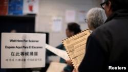 미국 뉴욕 주에서 대통령 선거 예비선거가 실시된 지난 19일 뉴욕 시 브루클린 지역에서 유권자들이 투표하기 위해 줄을 서 있다.