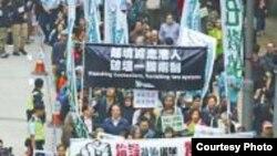 数千港人1月中游行抗议绑架寻找铜锣湾失踪人员 (苹果日报图片)