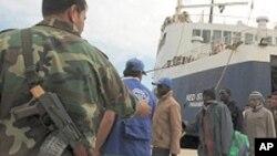 Des immigrés africains évacués de Misrata débarquent à Benghazi