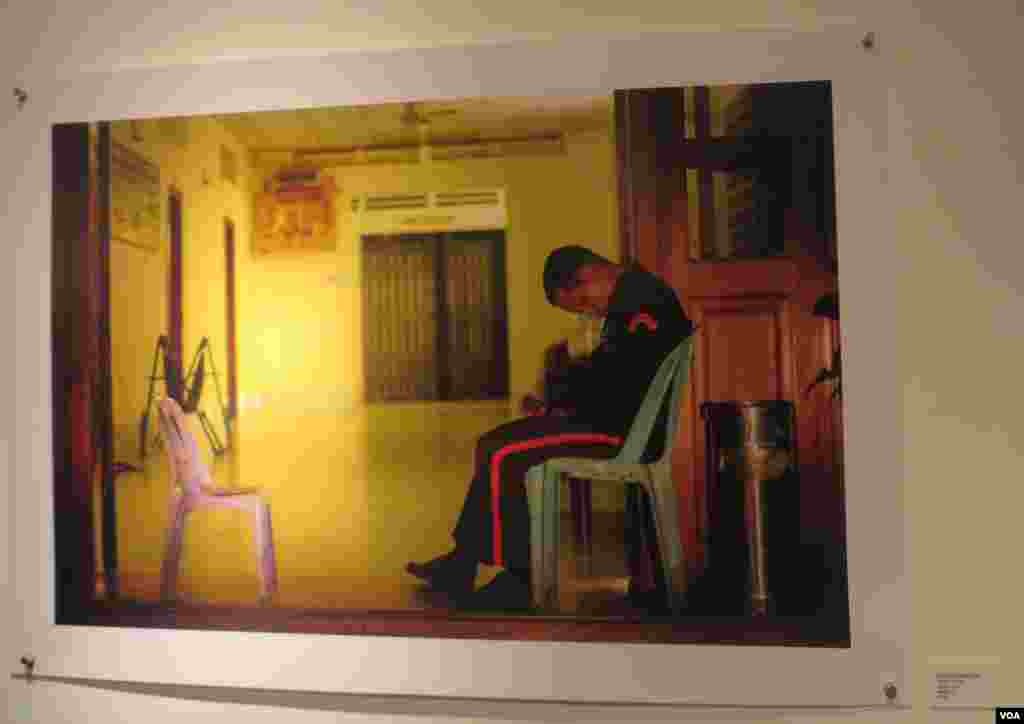 An image of a guard at a guesthouse, Java cafe and gallery, from September 9 - October 11, 2015. (Sayana SER/VOA Khmer)