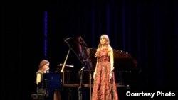 Sopran Biljana Soldo uz pratnju pijanistkinje Milene Gligić na bini Milenijumske scene u Kenedi centru u Vašingtonu.