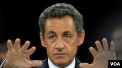 El incidente ocurrió cuando Sarkozy le daba la mano a un grupo de personas que esperaban detrás de unas barreras el paso del presidente.