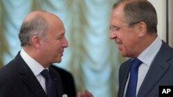 세르게이 라브로프 러시아 외무장관(오른쪽)과 로랑 파비우스 프랑스 외무장관이 17일 모스크바에서 시리아 화학무기 폐기를 위한 유엔 결의안에 대해 논의했다.