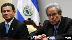 Arturo Valenzuela visitó El Salvador en 2010, en un momento en donde sostuvo reuniones con el ministro del Exterior Hugo Martinez.