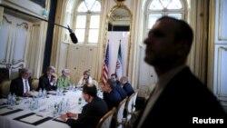 2일 오스트리아 빈에서 존 케리 미국 국무장관과 무함마드 자바드 자리프 이란 외무장관이 핵 협상 타결 방안을 논의한 가운데, 이란 경호요원이 협상장 주변에 서있다.