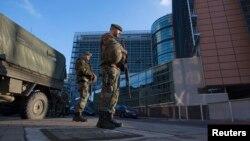 Belgijski vojnici patroliraju ispred sedišta Evropske komisije u Briselu
