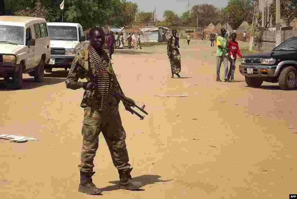 Um soldado do exército sul-sudanês patrulha Malakal, no Estado do Alto Nilo, no Sudão do Sul.Dez. 31, 2013.