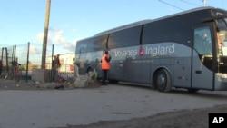 Một chiếc xe buýt chở một nhóm nam thiếu niên ra khỏi trại tị nạn ở Calais, Pháp, ngày 2/11/2016.