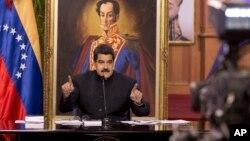 """Maduro dijo en una cadena de radio y televisión desde el palacio de gobierno que las medidas generarán un """"gran daño económico, financiero y energético"""", y le quitarán la """"solvencia financiera"""" a Venezuela."""