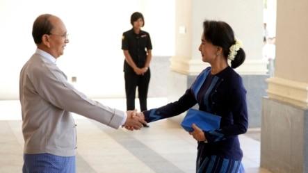 2014年10月31日,缅甸总统登盛(左)与反对党领导人昂山素季在首都内比都总统府会见时握手。