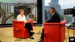 Thủ tướng Đức Angela Merkel (trái) trả lời phỏng vấn của đài truyền hình ARD ở Berlin, Đức, ngày 19 tháng 7, 2015.