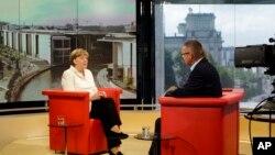 Kanselir Jerman Angela Merkel (kiri) dalam sebuah wawancara di studio ARD, di Berlin, Jerman (19/7).