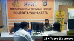 LBH Yogya melaporkan serangan molotov ke Polresta Yogyakarta, Sabtu (18/9) petang. (Foto: Courtesy/LBH Yogya)