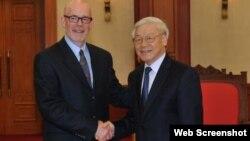 Tổng Bí thư Nguyễn Phú Trọng và Chủ tịch Đảng Cộng sản Mỹ John Bachtell, tháng 7/2015 tại Hà Nội. Photo TTXVN.
