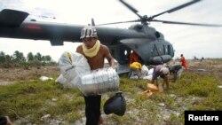 Helikopter MI-17 milik TNI-AD saat digunakan operasi pengiriman bantuan makanan untuk korban gempa bumi di Mentawai, 30 Oktober 2010. (Foto: Reuters)