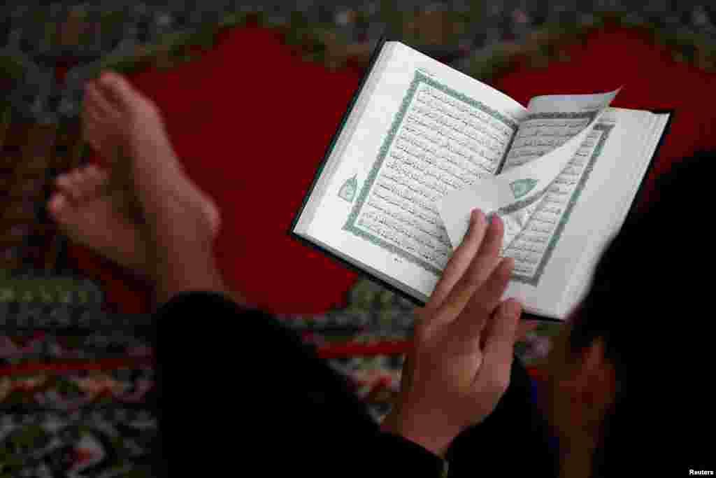 Seorang anak laki-laki membaca Alquran menjelang berakhirnya bulan suci Ramadan, di sebuah masjid di Jakarta, 3 Juni 2019. (Foto: Reuters)