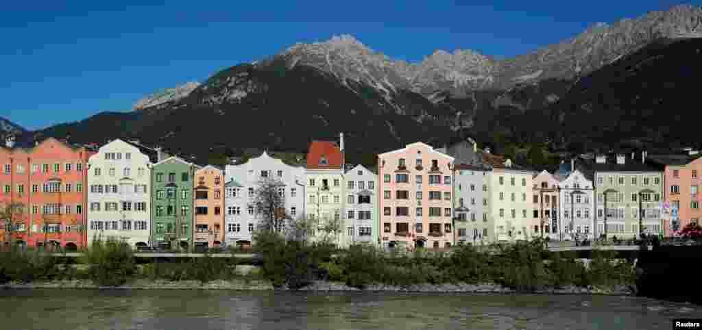 نمایی از خانه های مسکونی در مجاورت «رودخانه این» در اینسبروک اتریش