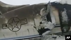 Foto dari Tariq Ghazniwal menunjukkan pesawat yang jatuh di timur Afghanistan, Senin, 27 Januari 2020. Amerika Serikat mengatakan sedang menyelidiki penyebab jatuhnya pesawat AS di wilayah yang dikuasai Taliban di Afghanistan.