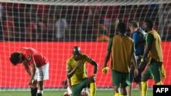 Mohamed Salah ya Egypte (D) angumbami nsima na kopola ya ba Pharaons liboso ya ba Bafana Bafana na 8e de finales ya CAN 2019, na Caire, 6 juillet 2019.