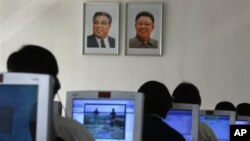 지난 9월 북한 평양 김책공대에서 컴퓨터를 사용하는 학생들. (자료사진)