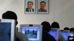 지난해 9월 북한 평양 김책공대에서 컴퓨터를 사용하는 학생들. (자료사진)