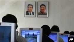 지난 2012년 9월 북한 평양 김책공대에서 컴퓨터를 사용하는 학생들. (자료사진)