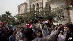 카이로의 헌법재판소 청사앞에서 시위를 벌이는 무함마드 무르시 대통령을 지지하는 이슬람주의자들