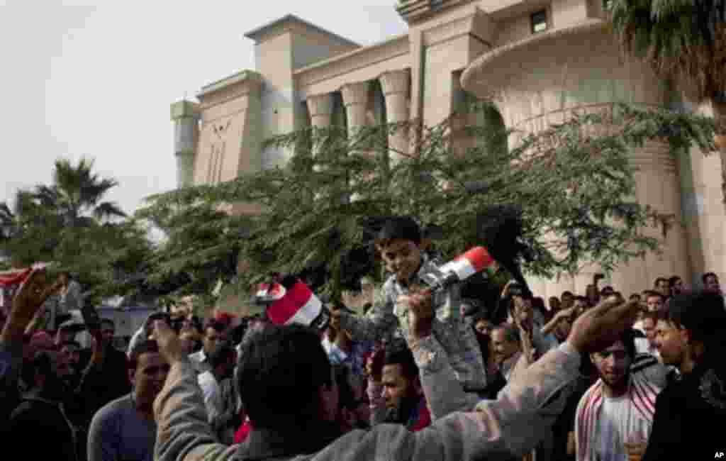 "Supporters of Egyptian President Mohammed Morsi chant slogans in front of Egypt's top court, background, in Cairo, Egypt, Sunday, Dec. 2, 2012. Egypt's top court announced on Sunday the suspension of its work indefinitely to protest ""psychological and physical pressures,"" saying its judges could not enter its Nile-side building because of the Islamist president's supporters gathered outside. (AP Photo/Nasser Nasser)"