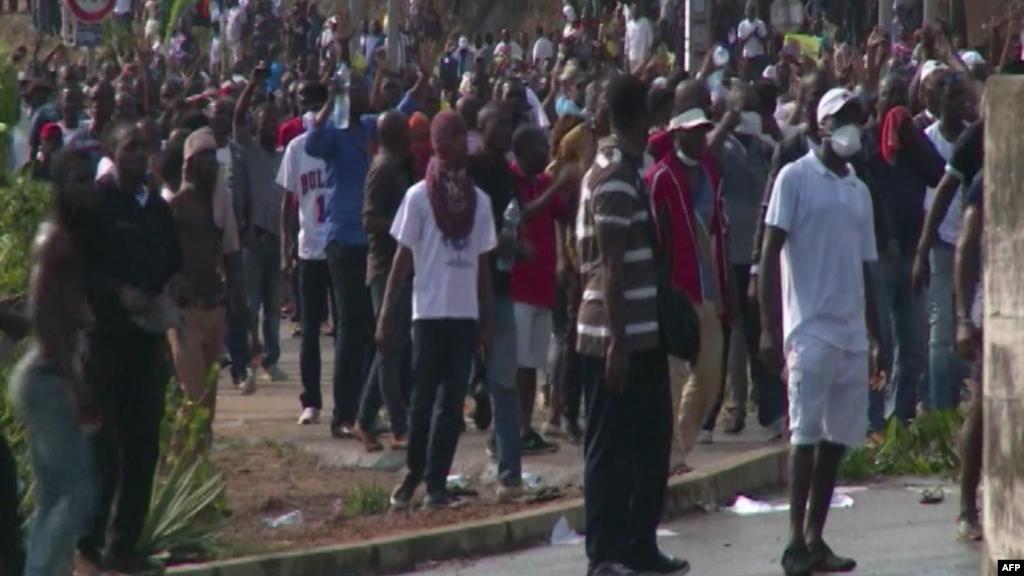 Des habitants de Libreville prennent d'assaut les rues pour protester contre l'annonce de la victoire du président Ali Bongo à la présidentielle du 29 août dernier au Gabon, à Libreville, 31 août 2016.