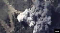 Sebuah foto yang diambil dari video Departemen Pertahanan Rusia menunjukkan serangan udara Rusia terhadap sasaran ISIS di Suriah (foto: dok). ISIS mengancam akan menyerang Rusia.