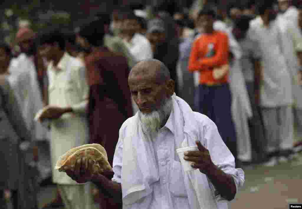 پاکستان عوامی تحریک کے دھرنے میں شرکا کے کھانے کا بھی انتظام کیا گیا ہے۔