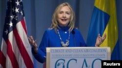 Menteri Luar Negeri AS, Hillary Clinton memberikan konferensi pers di Swedia (3/6).