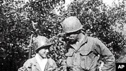 6.25 전쟁 중인 1951년 11월 미군 병사와 나란히 서있는 이정환 대한민국카투사전우회 상임고문. 당시 18살이었다.
