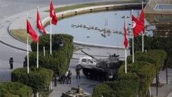 سربازان تونسی در کنار یک تانک در پایتخت تونس - ۱۶ ژانویه ۲۰۱۱