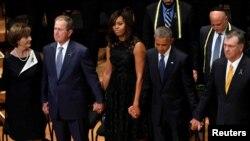 El presidente Barack Obama, el expresidente George W. Bush y sus esposas junto con el alcalde de Dallas Mike Rawlings, durante el servicio funeral de cinco policías asesinados en Dallas.