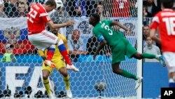 Penyerang Rusia, Artyom Dzyuba mencetak gol ketiga pada pertanding di Moskow di mana tuan rumah Rusia mengalahkan Saudi dengan skor telak 5-0, Kamis (14/6).