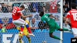 Artyom Dzyuba de Rusia anota el tercer gol de su equipo durante el partido del grupo A entre Rusia y Arabia Saudita que abre la Copa Mundial de fútbol 2018 en el estadio Luzhniki en Moscú. Junio 14 de 2018. (AP Photo / Hassan Ammar)
