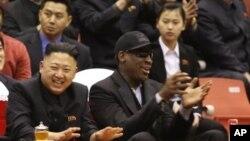 Pemimpin Korea Utara, Kim Jong-un dan mantan bintang NBA yang eksentrik, Dennis Rodman menyaksikan pertandingan basket antara pemain Korea Utara melawan pemain Amerika di sebuah arena bola basket di Pyongyang (28/2).