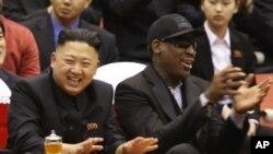 지난 2월 28일 NBA 출신 농구선수 데니스 로드먼(오른쪽)이 김정은 국방위 제1위원장과 함께 농구 경기를 관람하고 있다.