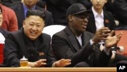 Cựu ngôi sao bóng rổ Rodman và nhà lãnh đạo Kim Jong Un theo dõi trận bóng rổ giao hữu giữa Bắc Triều Tiên và Mỹ. 28/2/2013.