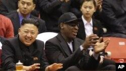 28일 북한 김정은 국방위 제1위원장이 미국 NBA 출신 농구선수 데니스 로드면과 평양 에서 벌어진 시범 경기를 관람하고 있다.