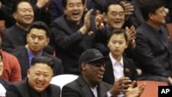 Nhà lãnh đạo Bắc Triều Tiên Kim Jong Un (trái) và cựu vận động viên Dennis Rodman xem bóng rổ tại một vận động trường ở Bình Nhưỡng, Bắc Triều Tiên 28/2/13